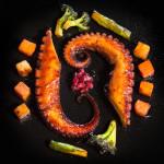 Октопод на плоча с бейби зеленчуци