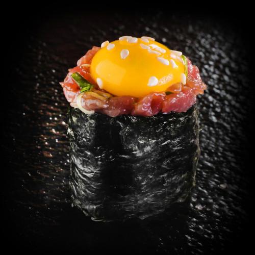 Гункан с телешки тартар и пъдпъдъче яйце